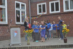 Frau Hendler und Herr Jacob mit Schülern und Schülerinnen der jetzigen 4. Klassen